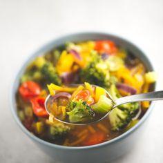 Esta sopa detox vegana está llena de color y nutrientes, es sana, depurativa y está para chuparse los dedos. ¡Y es muy fácil de preparar!