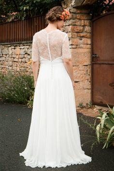 Modèle Alicia en dentelle Chantilly à manches et mousseline fluide. Robe de  mariée demi mesure 975f08c7a3d