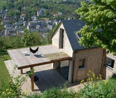 Shelter House by Franklin Azzi Architecture. Sweet tiny house with rooftop deck Tiny House Movement, Little Houses, Tiny Houses, Unusual Houses, Tiny House Living, My House, House Roof, Farm House, Sheltered Housing