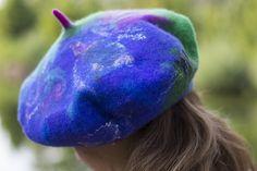 Boho beret, handmade from wool and silk chiffon Boho svájci sapka gyapjúból selyemsifonnal díszítve Berets, Nuno Felting, Free Spirit, Boho Fashion, Shawl, Chiffon, Wool, Purses, Bags