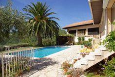 """Villa """"Les Roches Fleuries"""" (Claviers) - Villa met een privé-zwembad en een terras over de hele lengte van het huis met een spectaculair uitzicht over onder andere het dorp Claviers. Door de vele olijfbomen, eiken en een enorme palmboom heeft de tuin echt een Mediterrane sfeer. Hier kunt u in totale rust en privacy genieten van een vakantie in een Provençaalse omgeving! De villa is geschikt voor maximaal 6 volwassenen plus twee kleine kinderen (kinderbedjes),"""