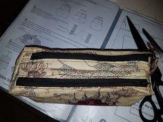 Trousse Zip-Zip illustrée parchemin cousue par Blandine - Patron Sacôtin