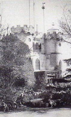 Fernando VII construyó en el parque del Retiro de Madrid un castillo, de estilo medieval para el recreo de la real familia.