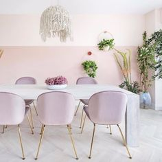 Inspiring Spring Dining Table Decor Ideas You Will Love - Has it happened to you that you were having dinner with your friends at your place and felt uncomfortable because of your dining-tables? White Dining Table, Dining Room Table Decor, Dining Room Walls, Modern Dining Table, Dining Tables, Dining Room Inspiration, Interior Inspiration, Home Office, Pink Dining Rooms