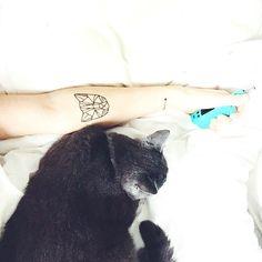 LA FILLE AUX CHATS  Réveil tout en douceur avec Ᏼєrlioz ce matin  Petit aperçu du petit nouveau tatouage chat que j'aime tellement!  Douce journée à vous   #Monday #Morning #bed #cat #tattoo #pligne #berlioz #kitty #pet #geometric #origami #style #vape #animal #cute #tattoos #photography #catsofinstagram #love #tatouage by __mjs_