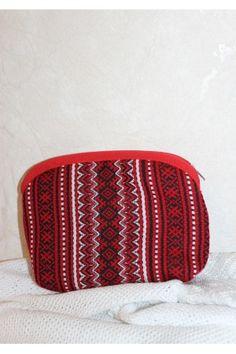 Косметичка «Плахта» виконано з тканого текстилю червоного кольору з традиційним візерунком у біло-чорній гамі з бавовняною підкладкою. Zip Around Wallet, Fashion, Moda, Fashion Styles, Fashion Illustrations, Fashion Models