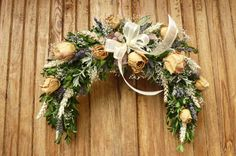 něžná růže Oblouk má senový základ , který je vyvázán buxusem. Použila jsem růže, levanduli a nevěstin závoj. Dozdobeno látkovou mašlí. Rozmněry dekorace jsou 40 x 35 cm. Vzadu očko k zavěšení.