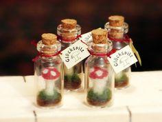 Handgefilzte Miniaturfliegenpilze in einer Glasphiole.  Ein origineller Geschenkanhänger oder kleines Mitbringsel für alle, denen Sie Glück wünschen,zB für Freunde, nette...