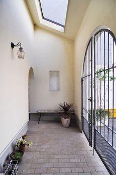 エントランスのアーチ型の門扉を開けると、ヨーロッパの中庭を思わせる空間が広がる。