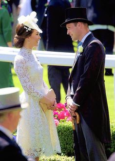 Kate Middleton joins Queen and William at the Royal Ascot - The Duchess of Cambridge and Prince William steal a quite moment for a chat after the carriage procession Principe William Y Kate, Looks Kate Middleton, Kate Middleton Fashion, Kate Middleton Hats, Kate Middleton Wedding, Alexander Mcqueen, Style Royal, Princesa Kate Middleton, Herzogin Von Cambridge