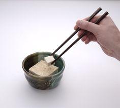 灵感源自中国传统饮食中使用筷子时夹取得动作而制成的座椅。Inspired by traditional Chinese diet folders using chopsticks made action made chairs.