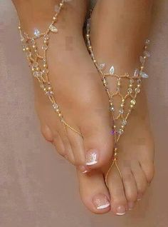 Indian feet with foot jewelry. I'm liking the idea of foot jewelry because hopefully we will dance at our reception and I don't wear shoes when I dance. I hate them. So instead, I have the foot jewelry as a replacement. Diy Schmuck, Bijoux Diy, Bare Foot Sandals, Beach Sandals, Summer Sandals, Diy Barefoot Sandals, Barefoot Beach, Simple Sandals, Beach Shoes