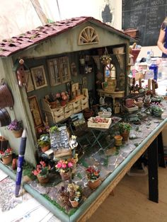 Vitrine Miniature, Miniature Rooms, Miniature Crafts, Miniature Fairy Gardens, Miniature Houses, Miniature Furniture, Dollhouse Furniture, Victorian Dollhouse, Dollhouse Dolls