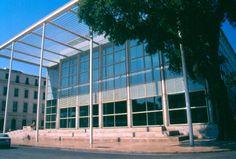 Le Carré d'Art, faisant face à la Maison Carrée, est une prouesse architecturale France, Skyscraper, Multi Story Building, Louvre, Tech, Art, Tourism, Places, Art Background