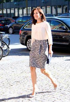 Princesa Mary de Dinamarca. Acto: Entrega de premios de escritores, Copenhague (Dinamarca). Fecha: 7 de septiembre de 2015. 'Look': La princesa Mary llevó una falda con estampado, de Joseph; combinada con una blusa blanca, unos zapatos de salón del mismo color y bolso de mano de color azul marino.