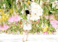Destaque na 20ª edição da Maison&Objet, em Paris, a criação Floating Flower Garden tem a assinatura do estúdio japonês Team Lab e traz mais de 2.300 flores flutuantes com sensores de movimento