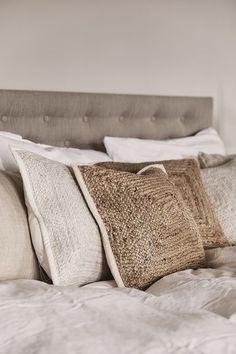 """We love Nature! Warme, unaufgeregte Farben sind für den """"Natural Living""""-Trend ein Must! Passend dazu: Von der Natur inspirierte Deko-Pieces und Gräser verbreiten zusätzliche Gemütlichkeit. Unser Favorit: Die Jute-Kissenhülle Ural! // Natural Living  Skandinavisch Natur Trend #Einrichtung #Möbel #Natur #Pflanze #Skandinavisch #Boho #Schlafzimmer Natural Living, Home Bedroom, Bedroom Decor, Wall Hanging Designs, Estilo Boho, Ikea Hack, White Wood, Living Spaces, House Design"""