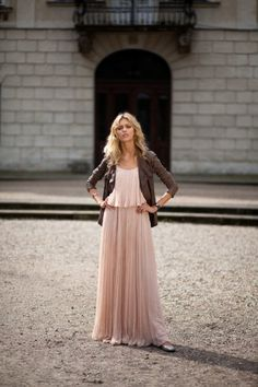 Perfect example on how to rock a maxi dress throughout multiple seasons. Layer with blazer/sweaters