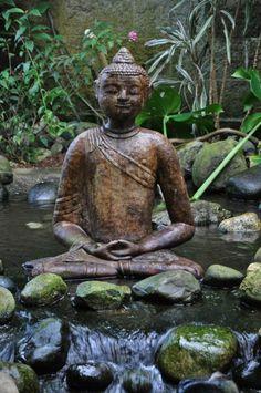 déco de jardin zen, bassin d'eau avec motifs cascade, rochers dans l'eau, statue bouddha
