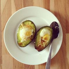 Healthy recept: lekker ontbijt van avocado en ei. Lees alles op www.fruitofthecity.com - like ons ook op facebook: www.facebook.com/fruitofthecity