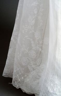 dress with skirt in cotton muslin of the Indies embroidered with foliages, pinks, lilac, lilies of the valley and other flowers of the fields ~ detail Historical Costume, Historical Clothing, Regency Dress, Regency Era, Corsage, Vintage Outfits, Vintage Fashion, Old Dresses, Period Outfit