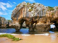 Si por algo es conocido Llanes es por su costa. Os presentamos un recorrido por el litoral llanisco, de Occidente al Oriente, bañado por 30 magníficas playas con paisajesdenaturaleza a rabiar. Sus características, servicios, accesibilidad, tipo de playa, como llegar… ¡NO TE PIERDAS NINGUNA! 1. Playa de Guadamía – PRÍA Un paraíso turquesa… Playa … Beautiful Places In Spain, Costa, Beach Trip, Scenery, Places To Visit, World, Water, Outdoor, Koh Tao