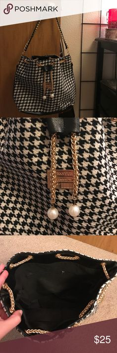 ❤️GORG Houndstooth Bucket Bag-So Cute!❤️ This bucket should bag is so cute!! Love the houndstooth pattern...it's a classic! Awesome metal gold chain drawstring with pearls at the ends of it. The black holder helps keep it in place where I want it-depending on if u want the bag loose and open, or tightly drawn closed. This is a boutique purse, no listed brand. Made in China. Lots of room inside! Snag it now, or offer. Needing to sell my items! I bundle as well. Thanks for looking!! 😘💕✨…