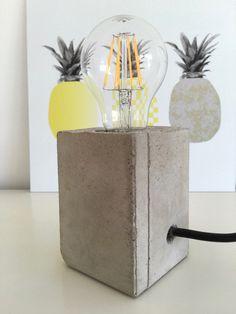 Lampe mit Sockel aus Beton