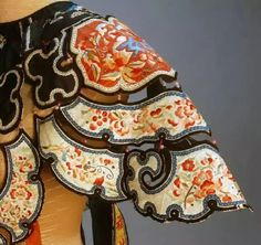Detailed decoration is to emphasize the shoulder and neck, shoulder and collar cloud of Qing Dynasty clothing