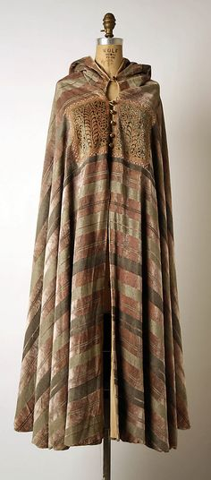 Evening cape Mariano Fortuny (Spanish, Granada Venice) Designer: Fortuny (Italian, founded Date: early Culture: Italian Medium: silk 1930s Fashion, Vintage Fashion, Spanish Fashion, Moda Vintage, Historical Clothing, Mode Inspiration, Kaftan, Fashion History, Vintage Outfits