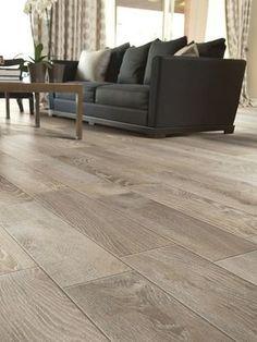 piso de porcelanato que imita madeira em sala de esatr com sofá preto