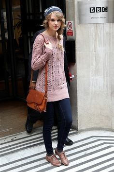 Long pink maxi sweater, dark blue jeans, sneakers
