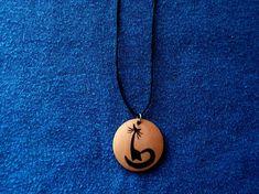 COLGANTE, LLAVERO O PENDIENTES de madera con un gato pirograbado a mano.  #epyro #pirograbado #pyrography #pyrographyart #woodburn #woodburning #woodburningart #hechoamano #handmade #madera #wood #handmadejewelry #woodjewelry #woodpendant #woodnecklace #colgante #colgantes #pendant #pendants #necklace #necklaces #pendientes #earrings #llavero #llaveros #keychain #keychains #gato #gatos #cat #cats #catjewellery #catjewelry