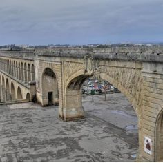 Montpellier : le Père perché en haut de l'aqueduc des Arceaux est descendu