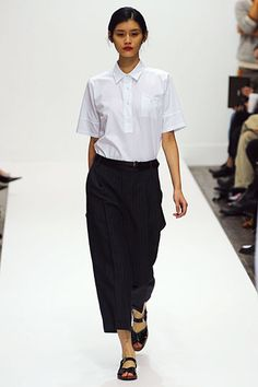 Photos of the runway show or presentation for Margaret Howell Spring 2012 RTW Shows in London. Anti Fashion, Margaret Howell, Runway Fashion, Womens Fashion, Gorgeous Fabrics, Daily Look, Minimal Fashion, Casual Chic, Spring Outfits