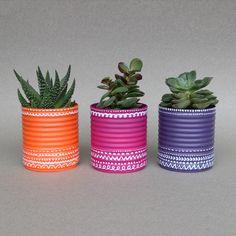 Recycler et customiser des boites de conserves en pots de fleurs