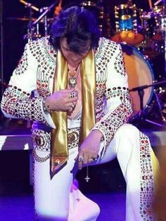 Elvis conversing with his audience. Elvis Presley Concerts, Elvis Presley Family, Elvis In Concert, Graceland Elvis, Lisa Marie Presley, Elvis And Priscilla, Steve Mcqueen, Vivien Leigh, Marlon Brando