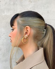 High pony with bangs - Dua Lipa inspired hair - blonde and brunette spilt top and bottom - third piercing and gold earings - minimalist nude style vibe- smokey neutral nude makeup Grunge Look, 90s Grunge, Grunge Style, Grunge Outfits, Grunge Hair, Summer Grunge, Soft Grunge, Pastel Green Hair, Hair Colorful