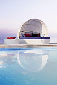 Arena semicircular sofa w/capote Collection with aluminium frame and hand woven man-made fibre. #pool #beach #terrace #sun #relax #porch #circle #contractfurniture #contract #outdoor #outdoorfurniture #Rattanfurniture #PatioFurniture #WickerFurniture #OutdoorFurniture