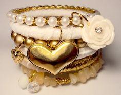 Conjunto com 6 pulseiras, em cetim, renda, organza, pérolas e cascalho de pedra natural....