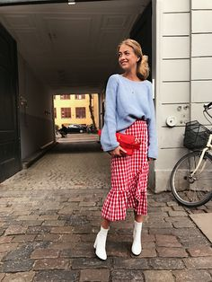 Well, seems like fashionistas are having a huge style crush on gingham ruffle midi skirt! The only rule? Keep the rest of your outfit pretty simple!