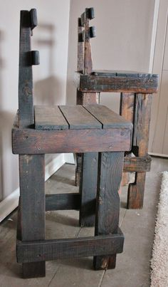 Pallet Bar Stool.... Perfect idea for my shed/ skinning shop.. This will rock: