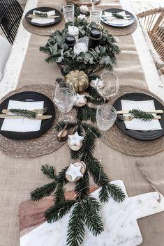Thanksgiving Table Settings, Christmas Table Settings, Christmas Table Decorations, Decoration Table, Christmas Aesthetic, Modern Christmas, Deco Noel Nature, Deco Table Noel, Christmas Interiors