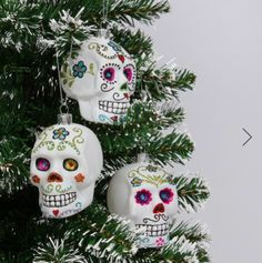Sugar skull glass Christmas hanging decorations cool, quirky and gorgeously gothic, these hanging sugar skull decorations are perfect if you like to do things a bit differently. The box contains 3 glass skulls in white, each with a glittery Day of the Dead design. All of the skulls have a silver loop to hang them up.