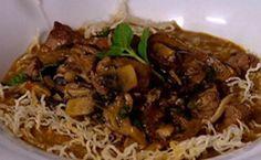 Receita de estrogonofe à tailandesa de Claude Troisgros servido com macarrão de arroz, o bifum.