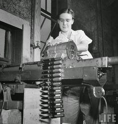 Pictures of Women Testing New Machine Guns at the Aberdeen Proving Ground in 1942
