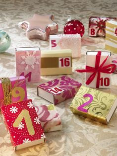 Das brauchst du:Reste von festlichem Geschenkpapier, Strohseide und Häkel-Bordüreweißes Papier24 kleine Streichholzschachteln
