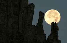 The full moon of August at Meteora, Greece (by Chris Kotsiopoulos on TBoH) Moon Photos, Moon Pictures, Beautiful Moon, Beautiful Sites, Night Whispers, Full Moon Phases, 7 Places, Shoot The Moon, Sun Moon Stars