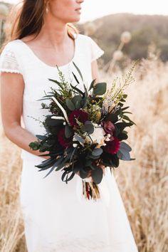Ramo de flores preservadas eucalipto // Boho wedding bouquet in burgundy made by Margot Blanxart - Photo by @Laralopezphotography