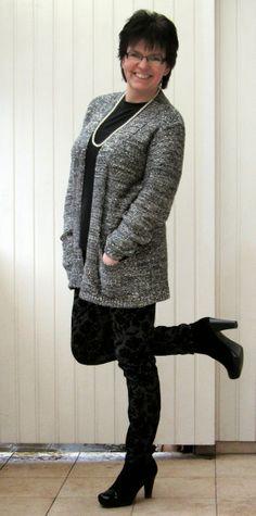 Pailletten-Cardigan und Musterhose